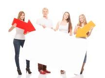 Groupe d'adolescents heureux et heureux tenant des flèches Photo libre de droits