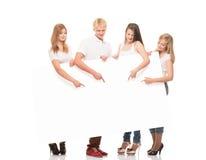 Groupe d'adolescents heureux et heureux tenant des flèches Photos stock