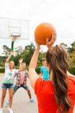 Groupe d'adolescents heureux jouant le basket-ball Photos stock
