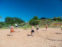Groupe d'adolescents jouant le voleyball Photographie stock