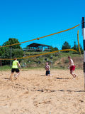 Groupe d'adolescents jouant le voleyball Image stock