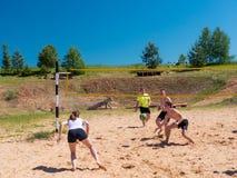 Groupe d'adolescents jouant le voleyball Images libres de droits