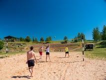 Groupe d'adolescents jouant le voleyball Image libre de droits
