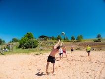 Groupe d'adolescents jouant le voleyball Photographie stock libre de droits