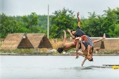 Groupe d'adolescents plongeant dans l'eau en rivière images stock