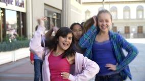 Groupe d'adolescents posant pour l'appareil-photo dans le mouvement lent banque de vidéos