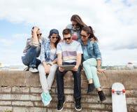 Groupe d'adolescents regardant le PC de comprimé Images libres de droits