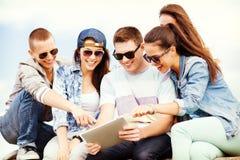 Groupe d'adolescents regardant le PC de comprimé Photographie stock