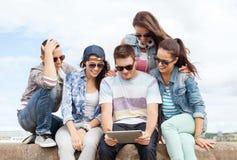 Groupe d'adolescents regardant le PC de comprimé Image libre de droits