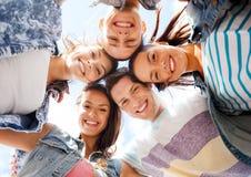 Groupe d'adolescents regardant vers le bas Photo libre de droits