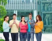 Groupe d'adolescents sérieux avec des smartphones Photographie stock libre de droits