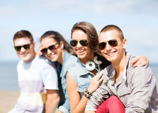 Groupe d'adolescents traînant Images stock