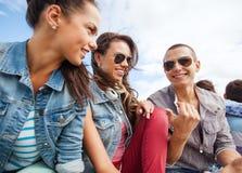 Groupe d'adolescents traînant Images libres de droits