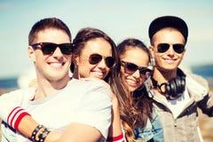 Groupe d'adolescents traînant Photographie stock