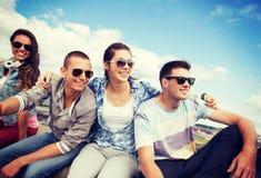 Groupe d'adolescents traînant Photo stock