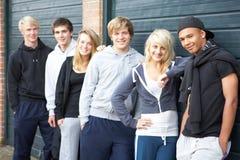 Groupe d'adolescents traînant ensemble à l'extérieur photographie stock libre de droits
