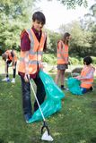 Groupe d'adolescents utiles rassemblant des ordures dans la campagne images libres de droits