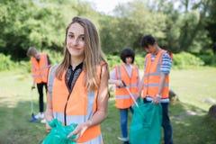 Groupe d'adolescents utiles rassemblant des ordures dans la campagne photo stock