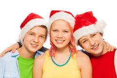 Groupe d'ados d'amis ensemble dans des chapeaux de Noël Santa Images libres de droits