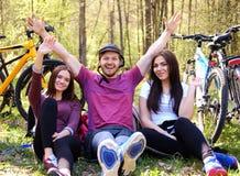 Groupe d'adultes détendant en parc Images libres de droits
