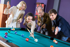 Groupe d'adultes jouant la piscine Image stock