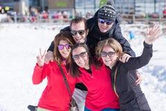 Groupe d'adultes souriant à l'appareil-photo Photographie stock