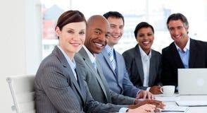 Groupe d'affaires affichant la diversité ethnique