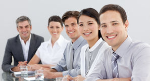 Groupe d'affaires affichant la diversité lors d'un contact Photos libres de droits