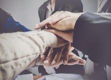 Groupe d'affaires avec des mains ensemble Concept et affaires de travail d'équipe Images libres de droits