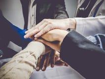 Groupe d'affaires avec des mains ensemble Concept et affaires de travail d'équipe Images stock