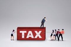 Groupe d'affaires avec une charge fiscale Photographie stock libre de droits