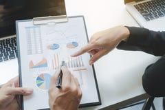 Groupe d'affaires discutant les documents de diagramme de données Photographie stock libre de droits