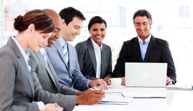 Groupe d'affaires discutant une stratégie neuve Photos stock