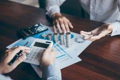 Groupe d'affaires faisant un brainstorm sur se r?unir aux finances de projet de planification analysant pour calculer avec le doc images stock