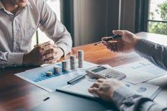 Groupe d'affaires faisant un brainstorm sur se r?unir aux finances de projet de planification analysant pour calculer avec le doc images libres de droits