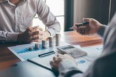 Groupe d'affaires faisant un brainstorm sur se r?unir aux finances de projet de planification analysant pour calculer avec le doc photos libres de droits