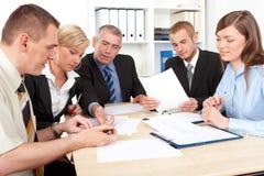 Groupe d'affaires lors du contact Photo stock