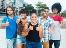 Groupe d'afro-américain frais et jeunes d'adultes hispaniques montrant le pouce Photos libres de droits