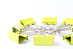 Groupe d'agrafe verte de reliure sur le fond blanc avec l'espace de copie Photos stock
