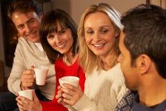 Groupe d'ajouter âgés moyens aux boissons chaudes Photographie stock libre de droits