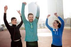 Groupe d'ajustement vivant d'amis en bonne santé et de modes de vie actifs Photo libre de droits