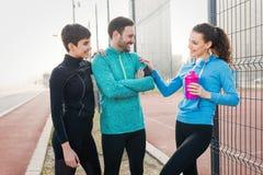 Groupe d'ajustement vivant d'amis en bonne santé et de modes de vie actifs Images stock