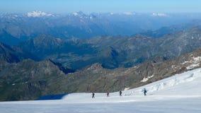 Groupe d'alpinistes descendant sur le glacier image stock