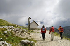 Groupe d'alpinistes en dolomites Photos stock