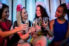 Groupe d'ami de sourire grillant le verre de champagne Images libres de droits
