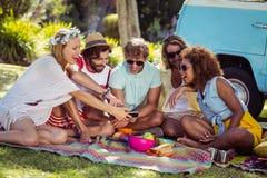Groupe d'ami heureux prenant un selfie en parc Photographie stock libre de droits