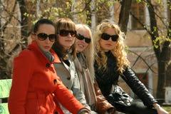 Groupe d'amies de femmes en stationnement Photographie stock