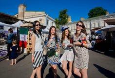 Groupe d'amies heureuses avec la bouteille de vin blanc et de verres Image stock