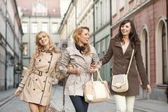 Groupe d'amies marchant dans la vieille ville Images libres de droits