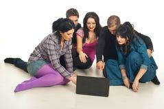 Groupe d'amis à l'aide de l'ordinateur portatif Photos libres de droits